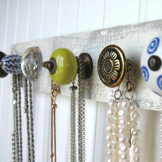 Temps de démêler les colliers et les accrocher sur cet organisateur de bijoux fabuleux. L'accrocher à votre vanité, dans votre dressing, ou de le laisser se tenir seul sur un mur comme un morceau de l'art. (C'est ce que je fais!)  Ces en céramique, verre et boutons en métal sont super solides. (Ne vous aimez juste Anthropologie boutons?) Ils sont montés sur bois avec une finition en détresse. Le panier mesure environ 14 par 3.5.  J'ai attaché des cintres en dents de scie sur le dos…