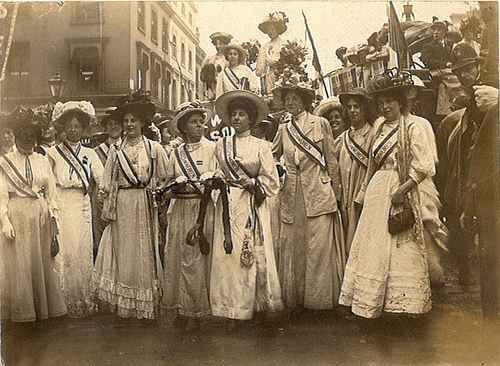 Google Image Result for http://4.bp.blogspot.com/_dLSVgS5AxBI/S8rVbzbEwGI/AAAAAAAAqhE/boBsfD44A8Q/s1600/SuffragettesSwindon1908.jpg