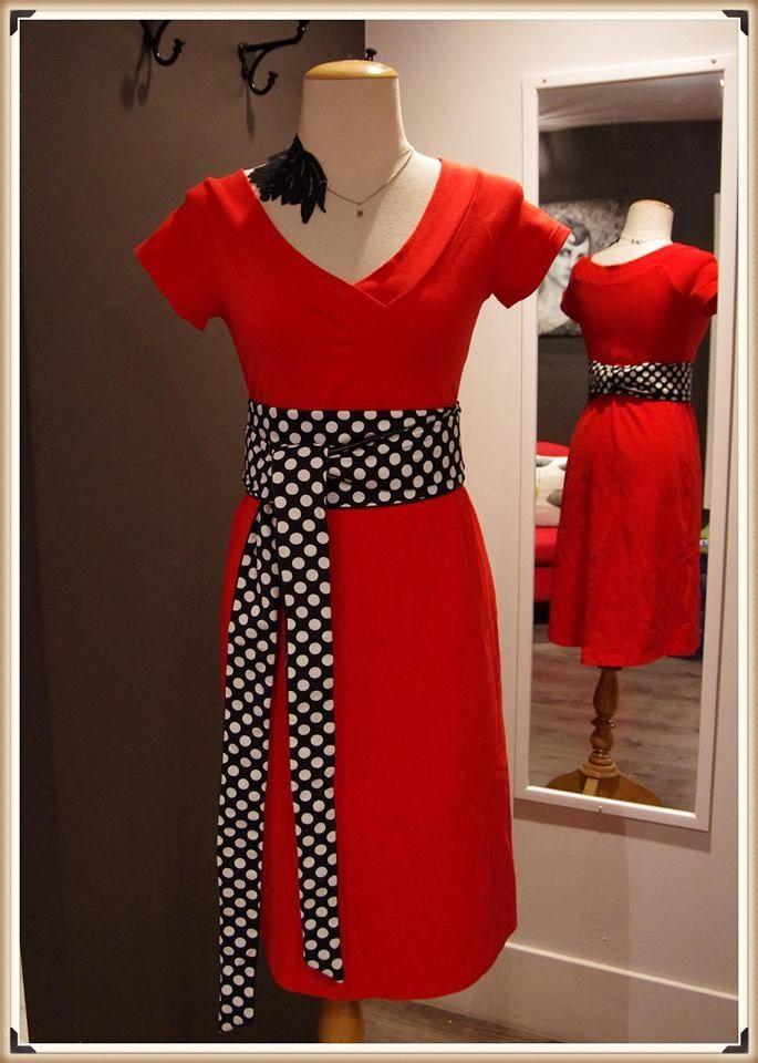 Robe rouge et ceinture à pois noir et blanc