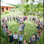 Uma maneira linda de expressar o amor em família!  ...   don't know what that says, but this would be a lovely outdoor wedding photo of family surrounding bride & groom in LOVE & support