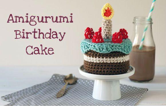 Spiegazioni in italiano per fare una torta di compleanno a uncinetto con candelina.