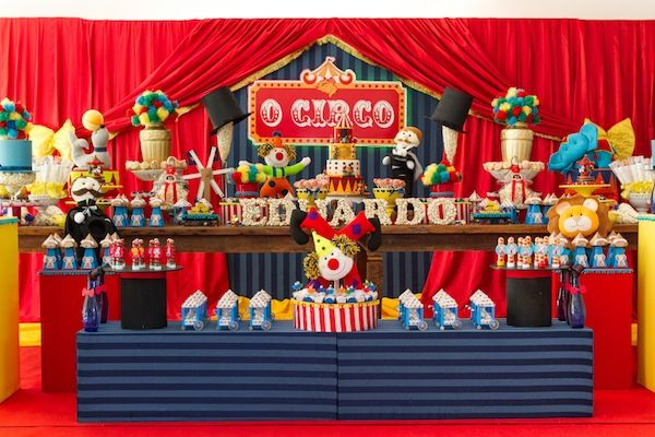 Mesa de doces colorida e cheia de detalhes para festa com tema Circo.  Foto: Gisele Rampazzo