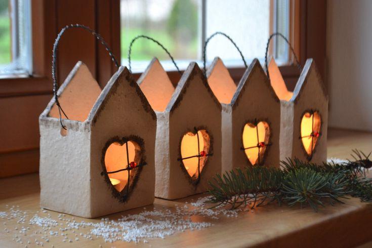 Adventní lampičky - domečky 4ks Nejenom adventní lampičky - domečky na čajovou svíčku s prožezávanými srdíčky, z pálené keramické hlíny, patinované oxidem. Mřížka okénka a ouško je ze žíhaného černého drátku + červená korálka. Velikost: š. 9 x v.13 cm + ouško