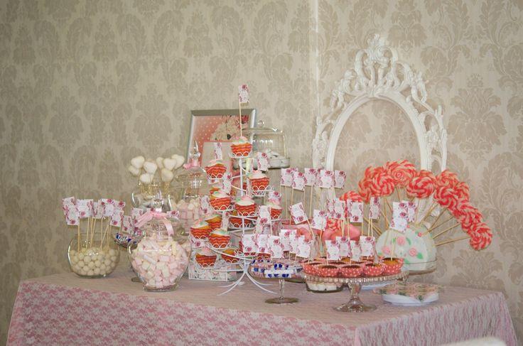 By www.magentaevents.ro #pinkandwhite #candybar #nunta #iasi #macarons #cupcakes #marshmallows #magentaevents #lace #dantela