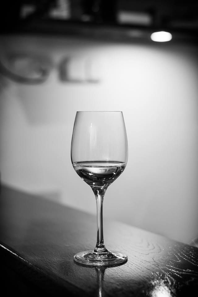 Tóth Gábor Ezerjó  Nemrégiben egy jegyes fotózásomon készítettem ezt a képet. Nagyon megfogott, ahogy a fények megvilágították a poharat. Utómunka során úgy döntöttem, hogy fekete-fehérben csinálom meg. Több kép Gábortól: www.facebook.com/SzketiPhoto