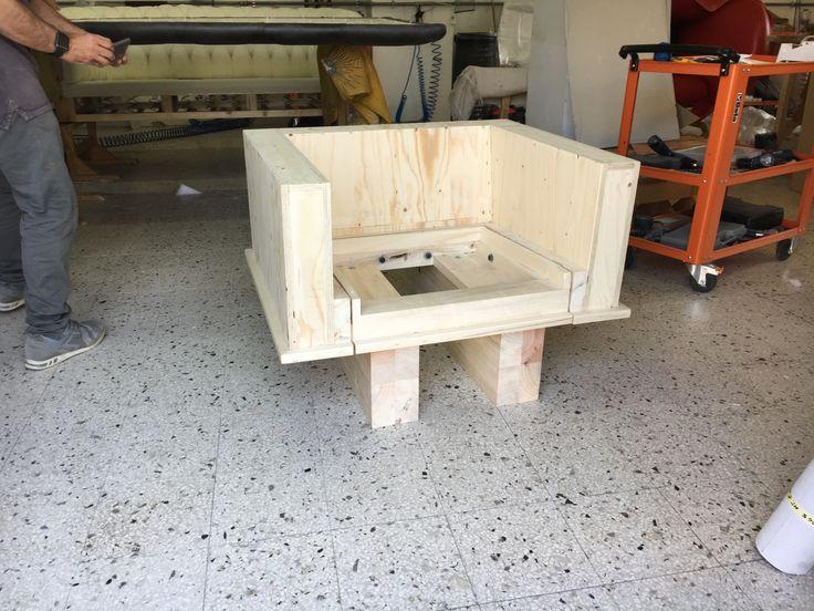 Struttura in legno massello per poltrona Chester su disegno realizzata artigianalmente da Tino Mariani. http://www.tinomariani.it