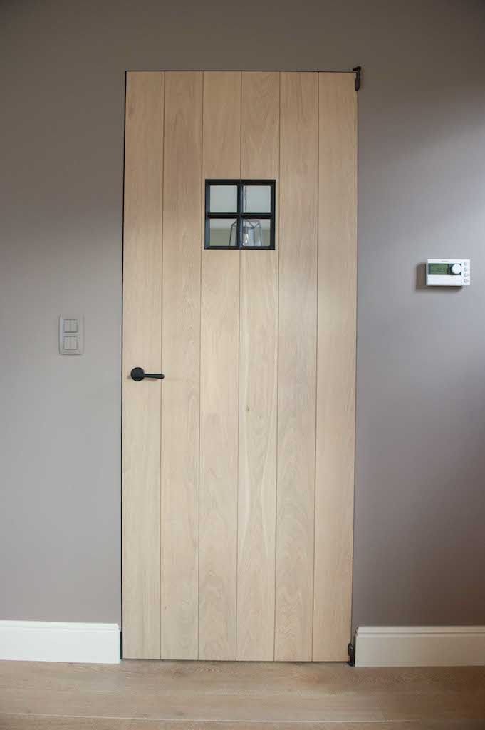 Eiken deur met smeedijzeren raampje (Ontwerp: Leen Jacobs - Crejalee.be)