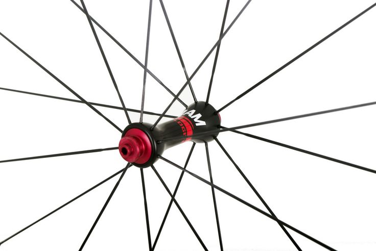 The road tubeless carbon clincher wheels are finished in 3k carbon fiber in order to obtain a smoother finish and to save a little bit of weight.