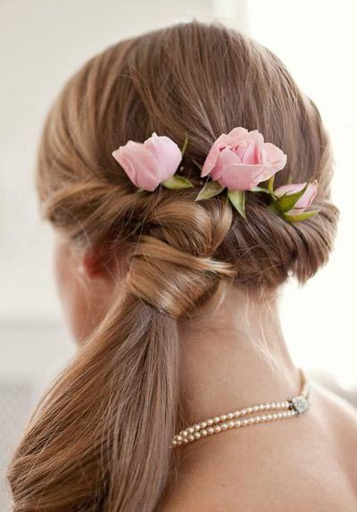 acconciatura sposa con fiori rosa