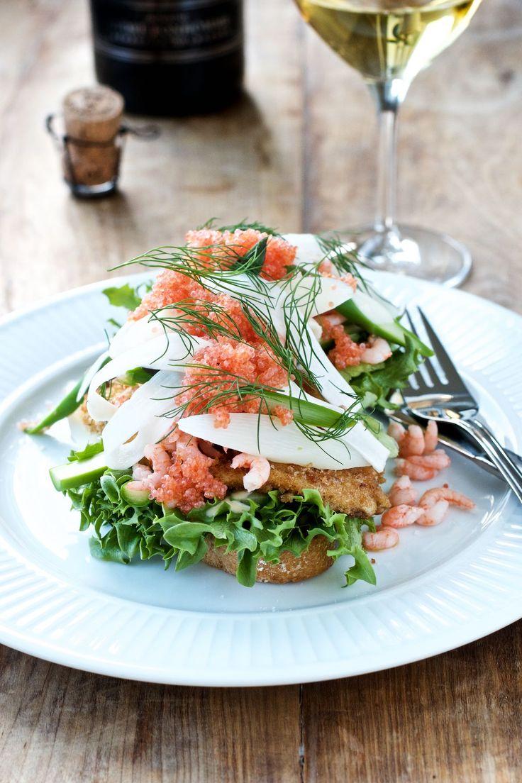 Vi fortsætter med fjordrejer og asparges med mit bud på det klassiske stykke smørrebrød: stjerneskud. Her i en deluxe udgave med bl.a. friskkogte fjordrejer