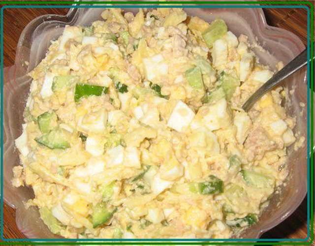 Салат из печени трески консервированный с картофелем и горошком