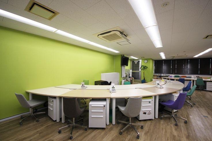 曲線のデスクとPOPなチェアで創りだすリズミカルで余裕のあるワークスペース|オフィスデザイン事例|デザイナーズオフィスのヴィス