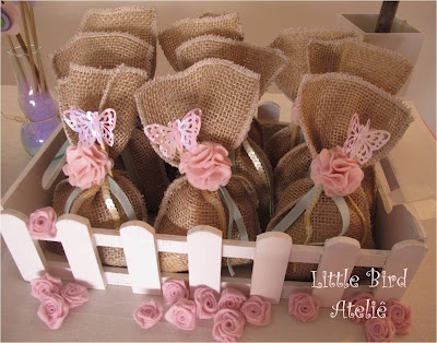 Saquinhos de juta com doces, flores e borboletas