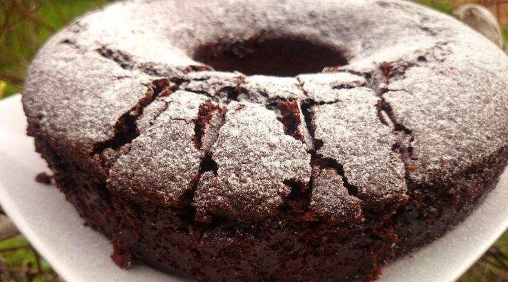 In 10 Minuten auf dem Herd und perfekt fürs Wohnmobil: Ein schokoladiger Kuchen aus einfachen Zutaten, die ohne Kühlschrank auskommen.
