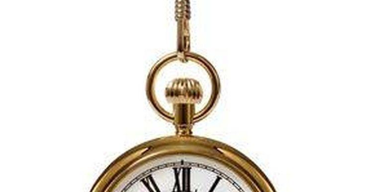 Como usar um relógio de bolso em um colete. Os relógios de bolso já foram um sinal de riqueza. Eles eram usados por homens importantes que tinham agendas importantes a cumprir. Com o tempo, tornaram-se menos populares, simplesmente porque não são tão fáceis de usar como os outros relógios. Se você gosta de ser diferente, o relógio de bolso talvez seja o acessório perfeito — ele pode ser ...
