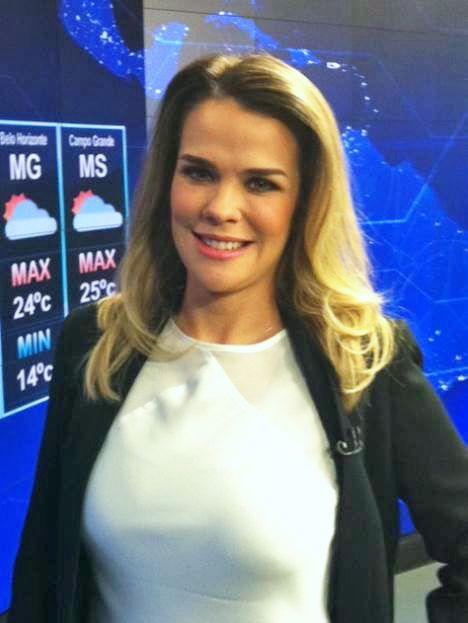 DANDREA já virou moda entre as apresentadoras de TV. Anelise de Oliveira, a moça do tempo do SBT, estava deslumbrante nesse look da marca.