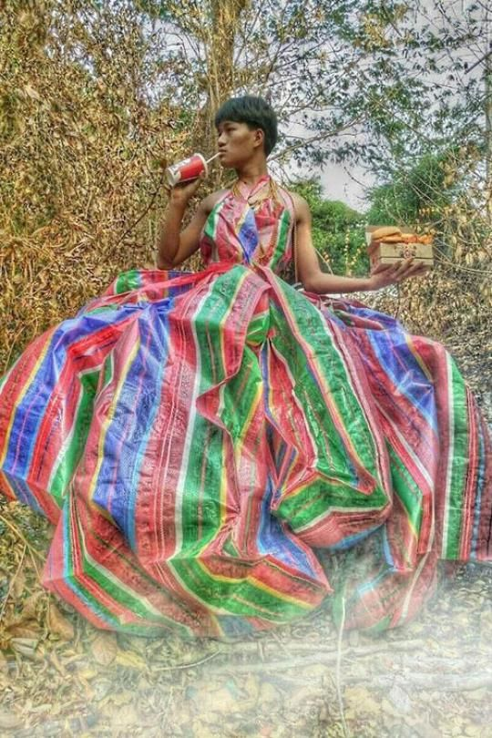 Strike a pose: Teenager Madaew mit Fast Food und in Recycling-Robe - upcycling