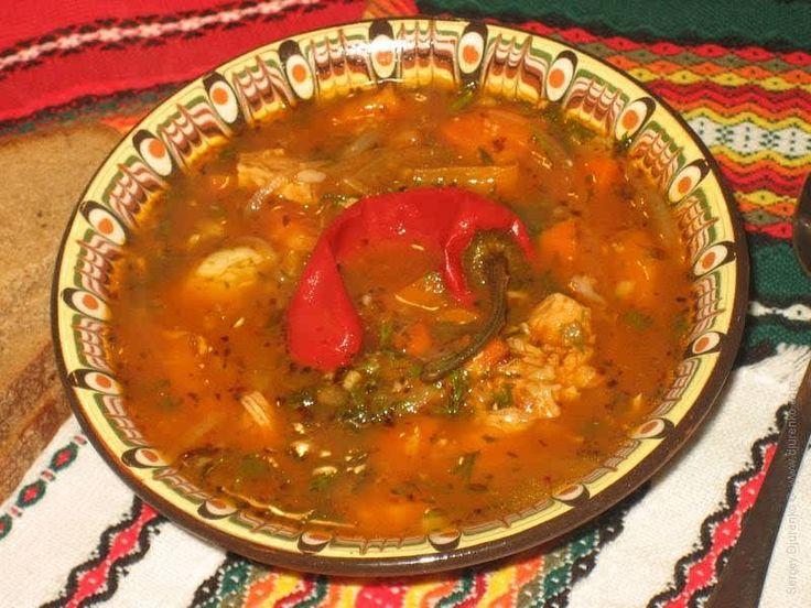 Острый суп из куриного мяса с овощами, зеленью и чили. Приятная острота отлично возбуждает аппетит и согревает в холодную погоду