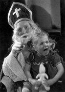 Sint Nicolaas/Sinterklaas, bisschop van Myra, met huilend meisje/kind bij hem op…