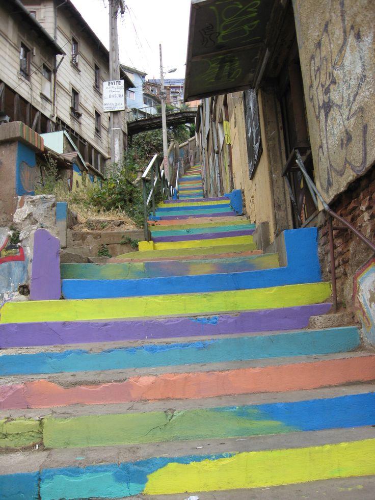 Esto es el verdadero Valparaíso, esta escalera y sus casas pueden estar en cualquier cerro o en todos a la vez.... es el encanto de Valparaíso, Ademas del encanto, alegría y empuje de sus habitantes. ojalá las autoridades ayudaran a mejorar