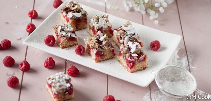 Recept voor een lekkere frambozencake met amandelcrumble. Een cake met verse frambozen afgemaakt met een heerlijke amandelcrumble.