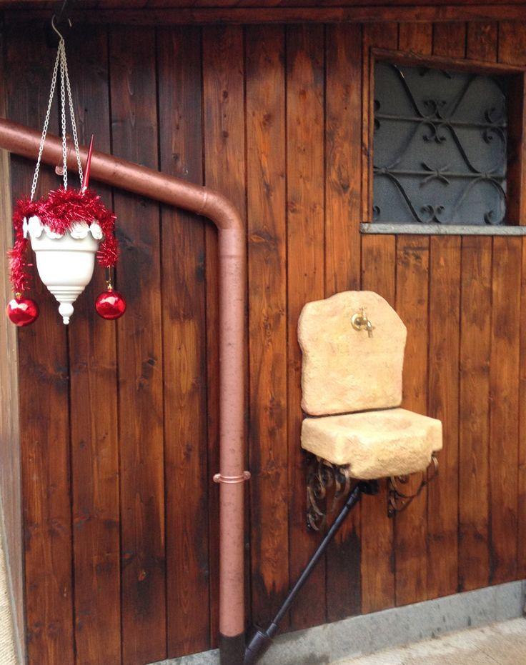 Lavello da giardino Braies, finitura: pietre del borgo. Località: Roma.