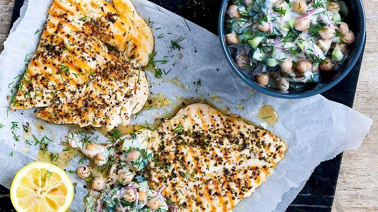 Kikærtetzatziki med agurk, urter, citron og grillet kylling