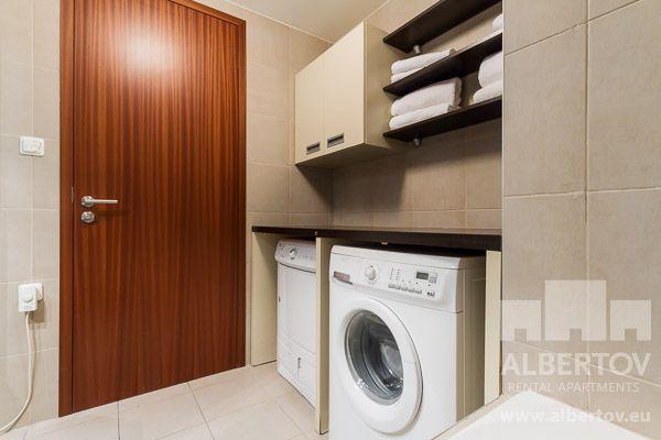 Im Bad gibt es Bodenheizung, direkte Beleuchtung oberhalb des Waschbeckens, Waschmaschine und Wäschetrockner. http://www.mietwohnungen-prag.de