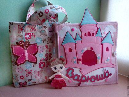 Купить или заказать Развивающая книжка 'Кукольный домик' в интернет-магазине на Ярмарке Мастеров. Развивающая книжка - кукольный домик - отличный инструментарий для маленьких принцесс. 'Кукольный домик' обучит маленькую принцессу навыкам домохозяйки!!!) В книге пять страничек, восемь увлекающихся сюжетов плюс обложка замок!!!) Первый разворот это -комната-гардеробная принцессы Второй разворот это -ванная комната Третий разворот это -кухня,в которой все элементы съемные,из продуктов в…