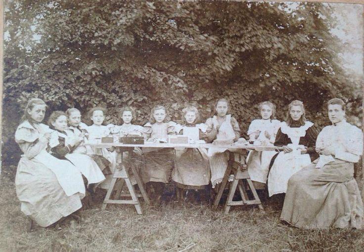 Meisjes aan het werk in een naai-of borduurklas in Harlingen, ca 1900. Fotocollectie Hannemahuis Harlingen. Pupils wearing aprons, around 1900.
