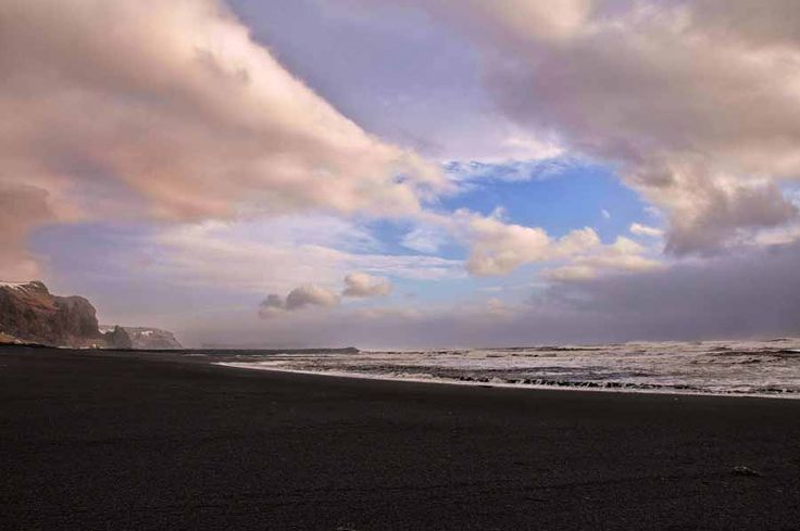 Η φημισμένη μαύρη παραλία στη νοτιοδυτική Ισλανδία