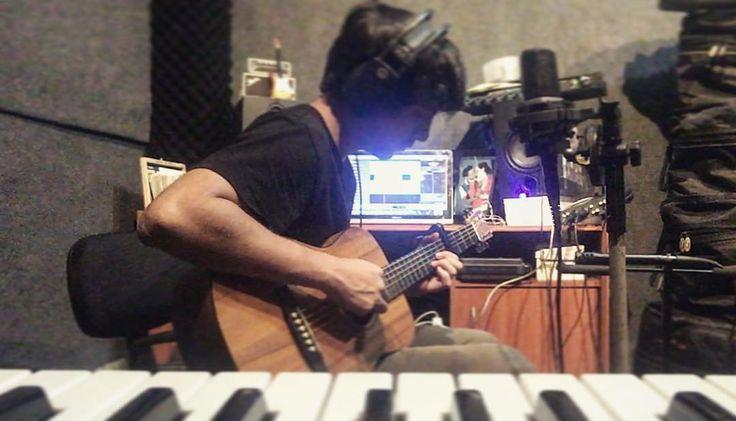 Grabación de guitarras de la canción Martha - en honor a La Ciudadela Martha de Roldós. Si quieres escucharla aquí te dejo el link o la puedes encontrar en YouTube como: Martha - Michael Murgueitio feat Yeii Avila https://m.youtube.com/watch?v=AcAIw0k0RUw #music #guitar #martha #marthaderoldos #guayaquil #michael #piano #produccionmusical #hit #listen #rap #poplatino #yeiiavila http://misstagram.com/ipost/1541779141421415038/?code=BVlf_Xeh7p-