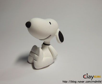 Snoopy!! LOTS of other cute clay step by steps on this site...follow the pictures since its not in english..you can translate it if wanted though.