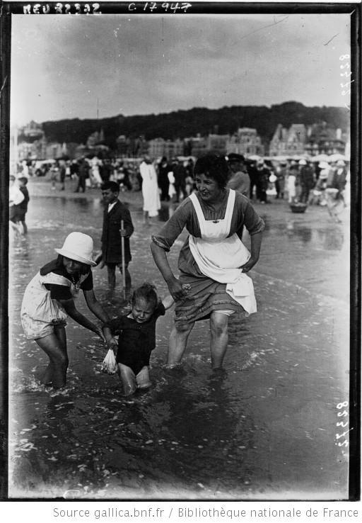 Courses de Deauville : scènes de plage : [photographie de presse] / Agence Meurisse - 1920