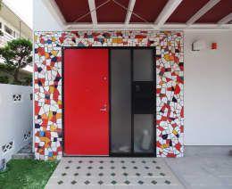Projekty, nowoczesne Okna i drzwi zaprojektowane przez ユミラ建築設計室