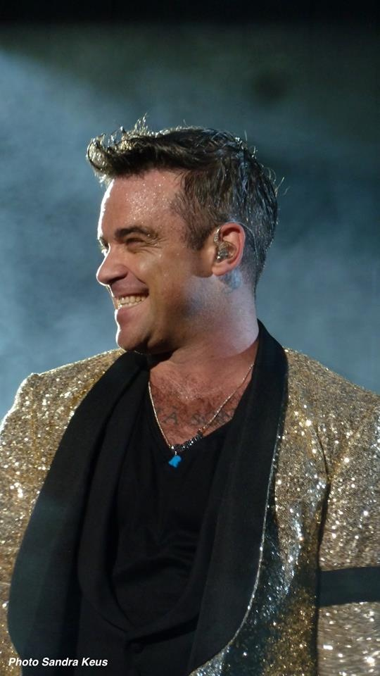 Fantastic pic of Robbie Williams - the show man !