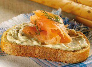 """Seus convidados vãos adorar esta bruschetta com salmão e cream cheese temperado. É uma entrada leve e muito saudável! <a href=""""http://mdemulher.abril.com.br/culinaria/receitas/bruschetta-salmao-cream-cheese-temperado-618182.shtml"""" target=""""_blank"""">Anote a"""