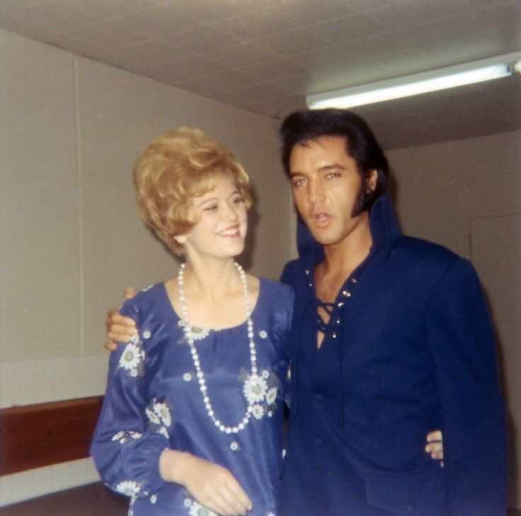 Elvis with a fan backstage at the International Hotel in Las Vegas, NV on August 26, 1970. Blue really suits him. <3