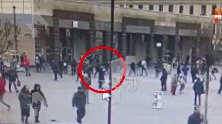 Der private russische Fernsehsender Ren TV hat das Video einer Überwachungskamera veröffentlicht, welches den mutmaßlichen Attentäter von Sankt Petersburg vor der U-Bahnstation zeigen soll.