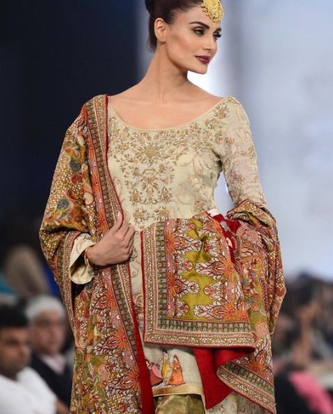 Something different. Loved Shamsa Hashwani's collection 'A Mughal Murage' at #PLBW 2016  #shawls#plbw16#bridal#asian#pakistani#fashion#embroidery#pakistanvogue  || From @pakistanvogue