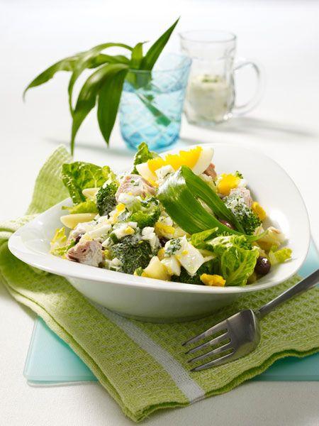 Nudelsalat mit Brokkoli, Thunfisch, hart gekochten Eiern, Oliven und Bärlauchsoße
