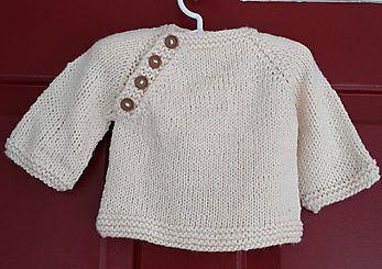 Lille Lima. Nem og hurtig lille trøje til baby. Den kan varieres med garnvalg og knapper. Her strikket i ren uld, men alpaca ville være fint. Eller bomuld. Pinde 4½.