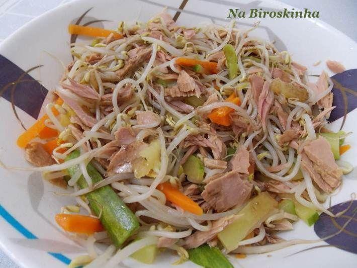 Eu não resisto a uma salada com moyashi, seja acompanhada do que for... carne bovina, frango, legumes ou atum, como nessa.   O moyashi ...