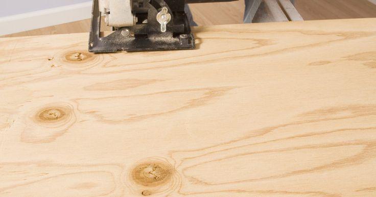 """Como ajustar a altura de uma serra circular. A altura de uma serra circular também é conhecida como a """"profundidade"""" de sua lâmina. A profundidade adequada garante que a madeira possa ser cortada e movida suavemente abaixo da lâmina, proporcionando um corte limpo e seguro. Essa profundidade garantirá também que os fragmentos de madeira sejam direcionados para baixo e que a maior parte da ..."""