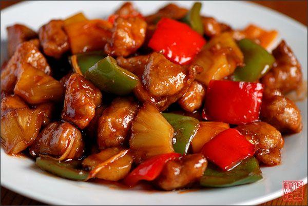Это популярное блюдо вам подадут в любом ресторане китайской кухни за пределами Китая и во многих ресторанах Поднебесной, особенно, если этот ресторан кантонский.   Еще порядка двух тысяч лет назад, сочетание сахара и уксуса, стали использовать при приготовлении карпов из реки Хуанхэ для маскировки их илистого вкуса. Со временем, кисло-сладкий вкус стали придавать блюдам из баранины, а еще позже — свиным ребрышкам или блюдам из креветок. Ну, а кисло-сладкая свинина с добавлением кетчупа…