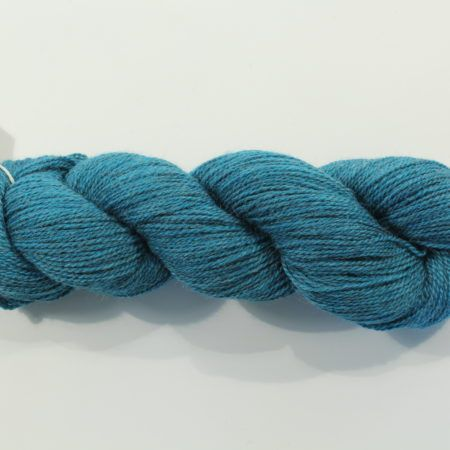 Het garen Sulka Legato voelt heerlijk zacht aan en heeft een ingetogen glans. Samenstelling: 60% merino wol, 20% Alpaca en 20% zijde. 1 streng van 50 gram is 250 meter. Breinaalden 2,75 mm Stekenproef 31 st. x 40 nld. = 10×10 cm Ajoure