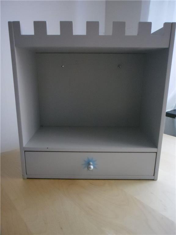 Annons på Tradera: söt ljusgrå hylla med låda till barnrummet