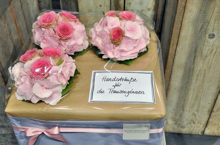 Ihre Hochzeit, ein einmaliger Tag eine einmalige Blumendekoration  Stehen Sie kurz vor der Hochzeit? Dann genießen Sie Ihren Start ins Glück! Jede Braut ist einzigartig – jeder Bräutigam auch. Die Blumenwahl wird es widerspiegeln. Brautstrauß, die Dekoration des Brautautos, der Kirchenschmuck, die Tischdekoration zum festlichen Dinner. Ob klassisch, romantisch, exotisch, frech, fröhlich oder extravagant. Erlaubt ist, was gefällt.  https://blumen-koch.de/de/hochzeitsflorist-berlin/