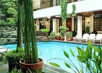 Kamar-kamar disini mengelilingi kolam renang berair jernih kebiruan. Bagian dalam kamar menampilkan desain tradisional Jawa dengan tempat tidur, furnitur, dan pajangan yang terbuat dari kayu. Menginap di hotel asri ini akan membuat wisatawan merasa bagai di rumah sendiri. Lovely! Pesan hotelnya yuk http://www.voucherhotel.com/indonesia/yogyakarta/408985-duta-hotel-yogyakarta/