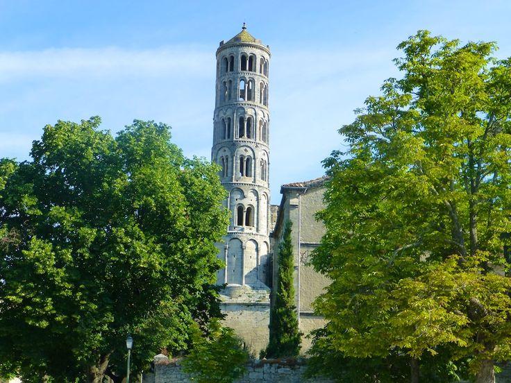 Tour Fenestrelle. Deze 42 meter hoge romaanse toren had ook te lijden onder de godsdienstoorlogen. Zijn bovenste deel werd heropgebouwd in de 17de eeuw. De tour Fenestrelle ontleent zijn naam aan zijn talrijke openingen: op 5 van de 6 niveaus zijn er 'vensters'. Hij wordt beschouwd als de klokkentoren van de kathedraal.